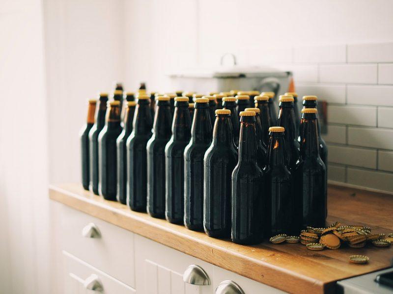 Kioske buvo neteisėtai pardavinėjamas alkoholis: policija paėmė beveik 200 butelių alaus