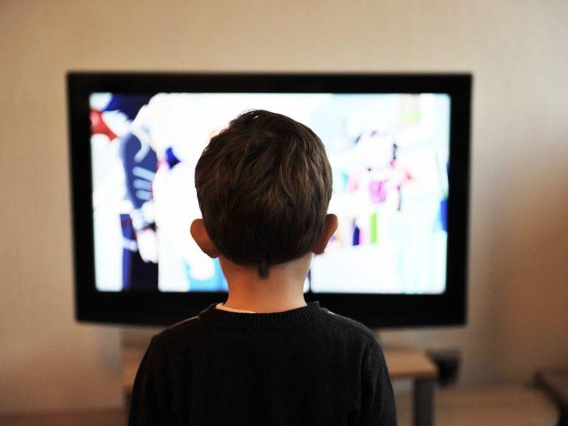 Tyrimas: ikimokyklinio amžiaus vaikai per daug laiko būna prie ekranų