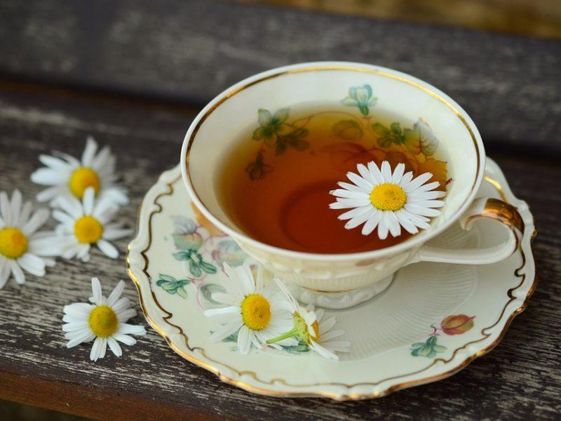 Vaistininkė patarė, kada gydytis žolelių arbatomis nėra geriausia mintis