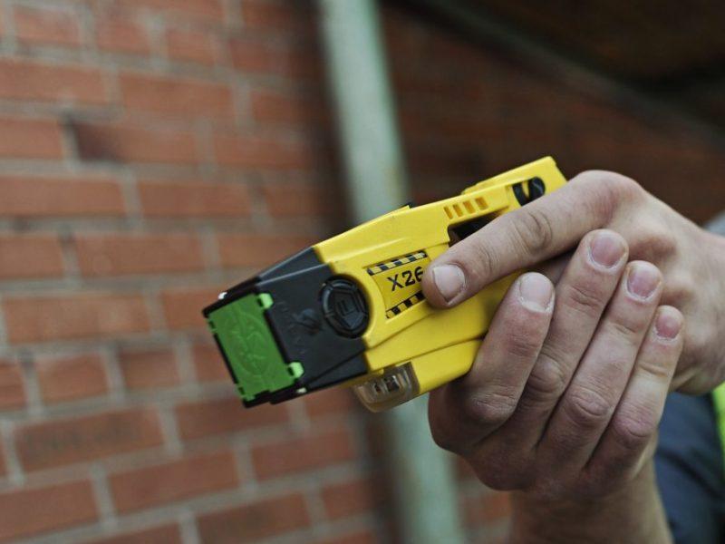 Neblaivus užpuolikas elektrošoko prietaisu nukratė ir sumušė kitą vyrą
