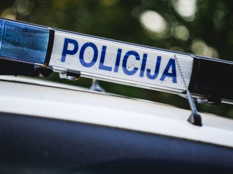 Vilniuje nuo kelio nuvažiavus ir apsivertus automobiliui sužaloti du žmonės