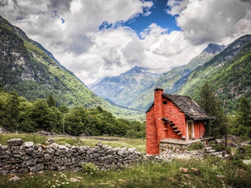 Kaimui Šveicarijoje dėl ginklų sandėlio gresia evakuacija dešimčiai metų