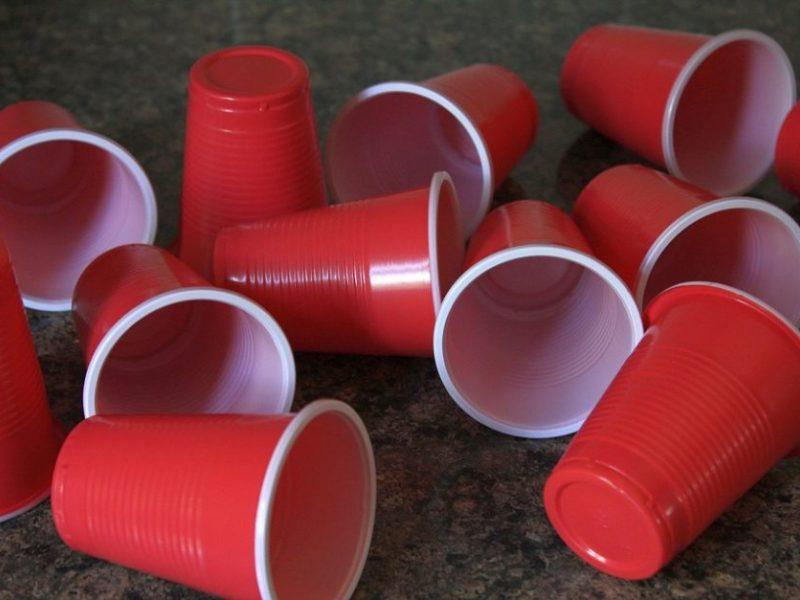 Prekybos centruose mažėja vienkartinių indų iš plastiko