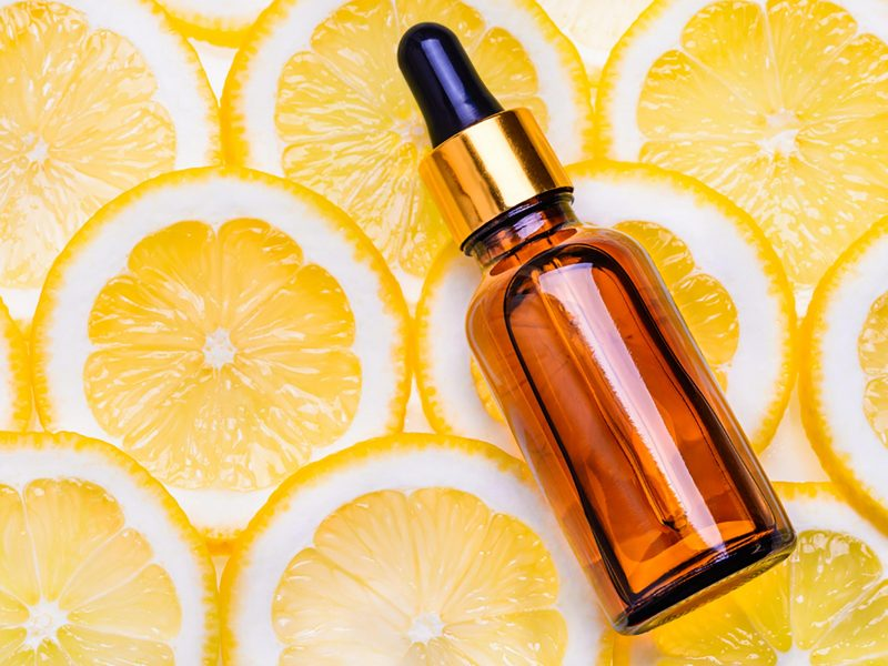 Vasaros kosmetinė: kodėl reikėtų vengti kvepalų ir priemonių su vitaminu C