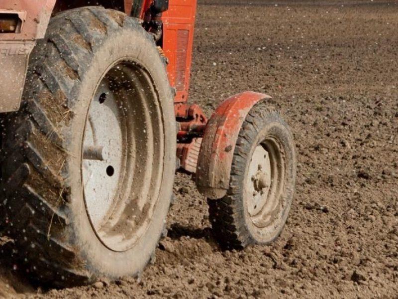 Žiauri nelaimė Dzūkijoje: traktoriaus priekaba pervažiavo moterį, lūžo daugybė kaulų