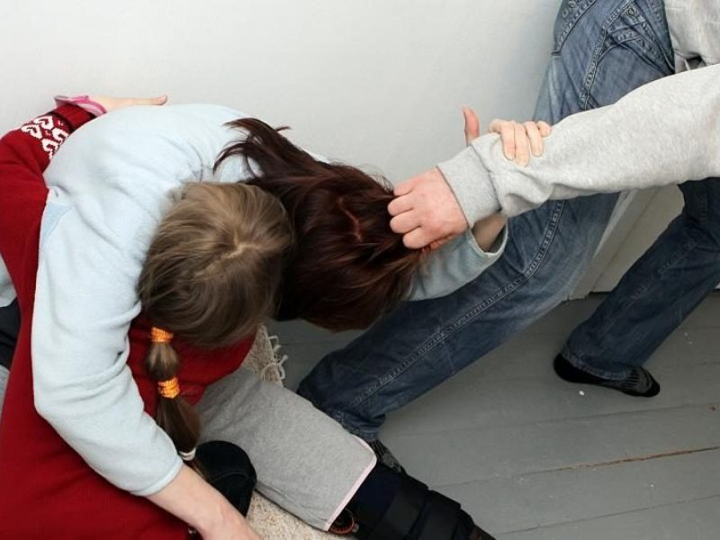 Telšiuose girtas vyras smurtavo prieš savo moterį ir du mažamečius vaikus