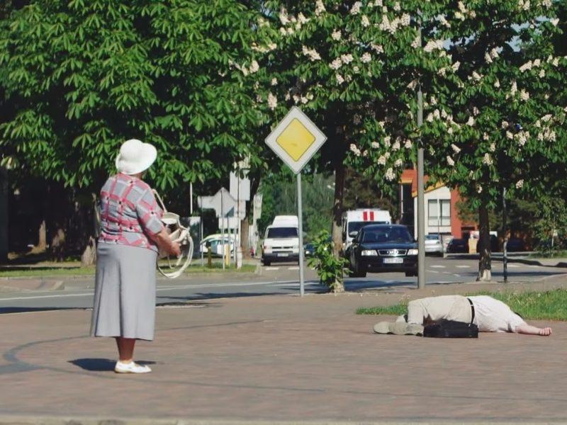 Šokiruojantis lietuvių abejingumas: susmukusiam žmogui padeda ne visi <span style=color:red;>(vaizdo įrašas)</span>