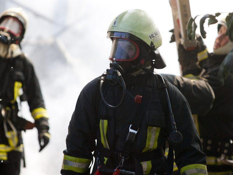 Kupiškio rajone liepsnos niokojo namą: išgelbėta moteris ir neįgalus paauglys
