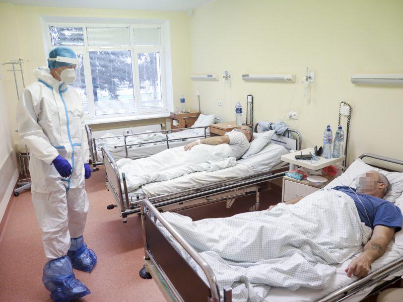 Lietuvoje nauji COVID-19 atvejai fiksuojami gydymo įstaigose, virusas plinta įmonėse, šeimose