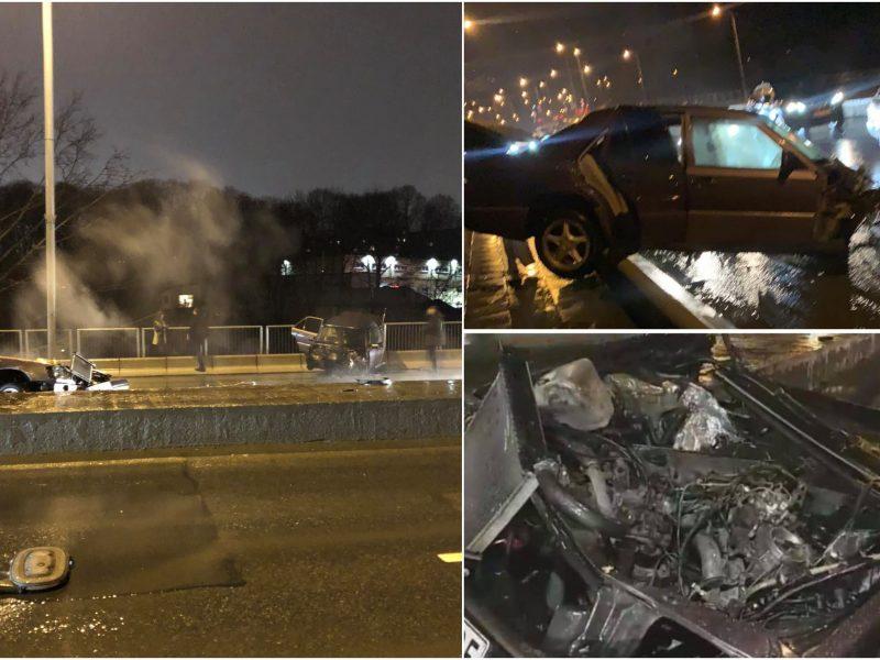 """Šiurpi avarija sostinėje: """"Mercedes-Benz"""" tarsi lūžo pusiau, pabiro nuolaužos"""