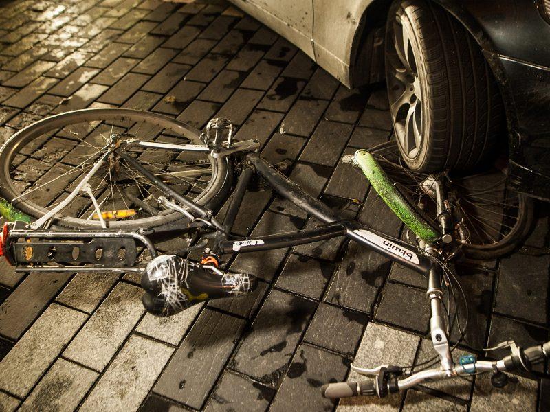 Panevėžyje automobilio duris atidaręs vyras kliudė dviratininką
