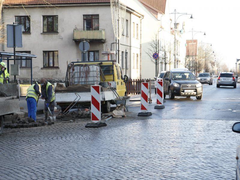 Gyventojų skundai išgirsti – tvarkomas Liepų gatvės grindinys