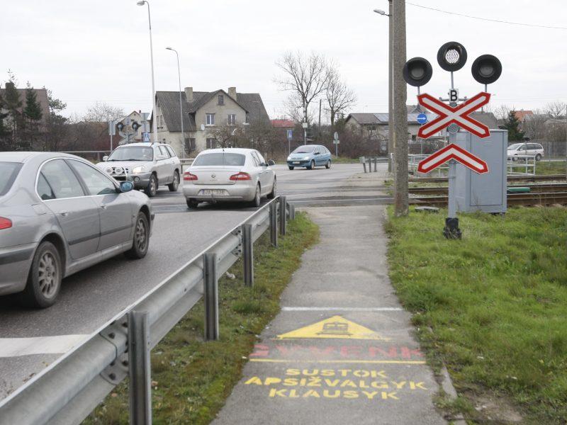 Rimkų pervaža – vairuotojų siaubas: gyventojams tenka stovėti spūstyse