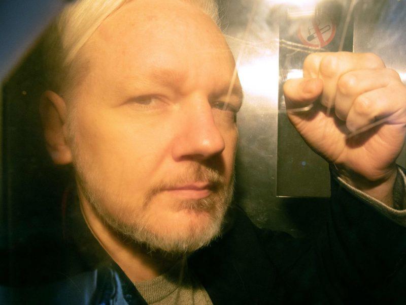 J. Assange'as iš Ekvadoro ambasados vadovavo kišimuisi į JAV prezidento rinkimus