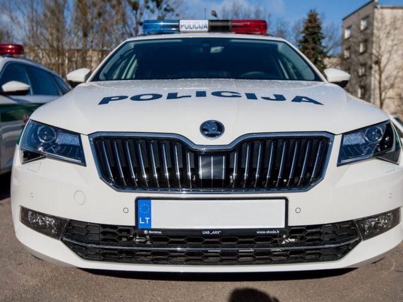 Akmenės rajone į iškvietimą vykęs policijos automobilis pateko į avariją
