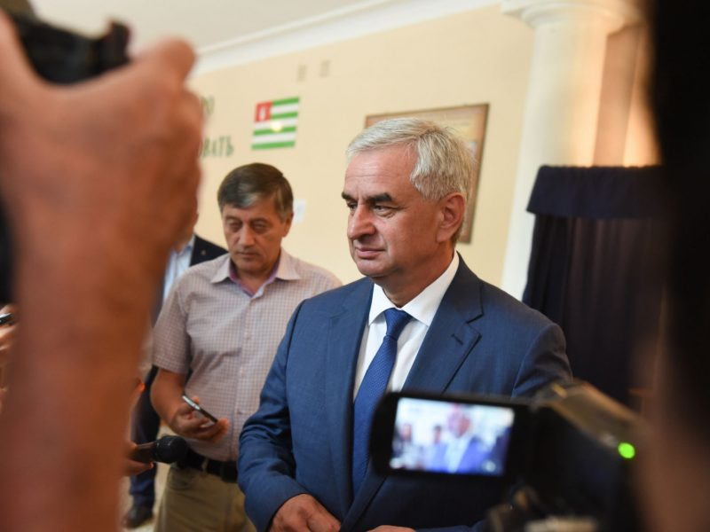Kremliaus palaikomas kandidatas teigia laimėjęs rinkimus separatistinėje Abchazijoje