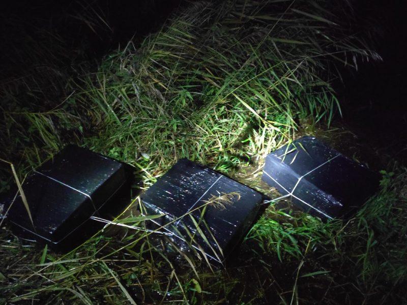 Pasieniečiams į rankas pateko 2 tūkst. pakelių cigarečių: kontrabanda atplaukė Merkiu