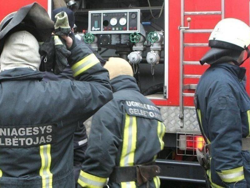 Ugniagesiai sukelti ant kojų: pranešta, kad Vilniaus rajone dega namas