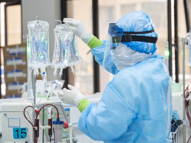 D. Britanijoje per parą mirusiųjų nuo koronaviruso skaičius pirmąkart viršijo 500