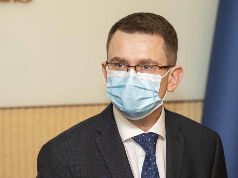 """A. Dulkys sako dar nesusipažinęs su ekspertų nuomone dėl """"Pfizer-BioNTech"""" antros dozės vėlinimo"""
