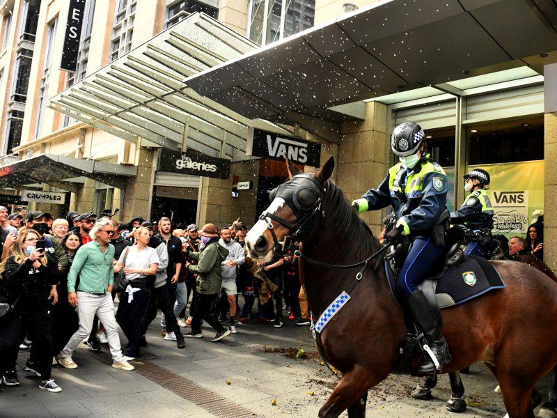 Sidnėjuje prieš karantiną nusiteikę protestuotojai susirėmė su policija