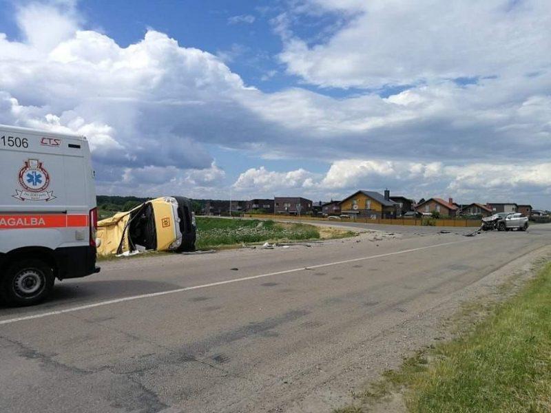 Avarija pakaunėje: po smūgio mokyklinis mikroautobusas nulėkė į griovį, prireikė medikų