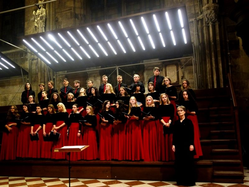 Simbolių paženklinta choro koncertinė kelionė: giesmės po šventovės skliautais