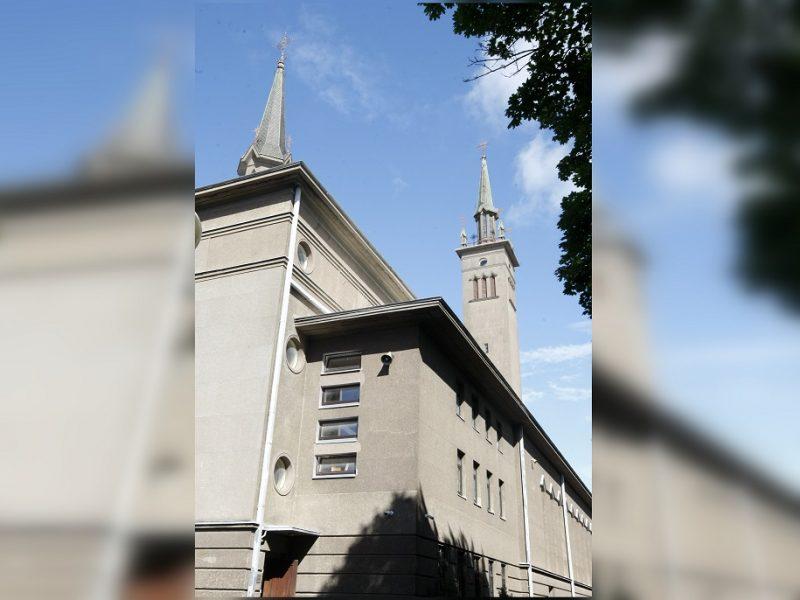 Ant bažnyčios stogo – saulės elektrinė