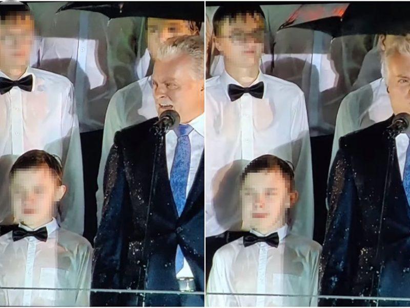 Internetas ūžia: renginyje prezidentas slėpėsi po skėčiu, vaikai stovėjo permirkę