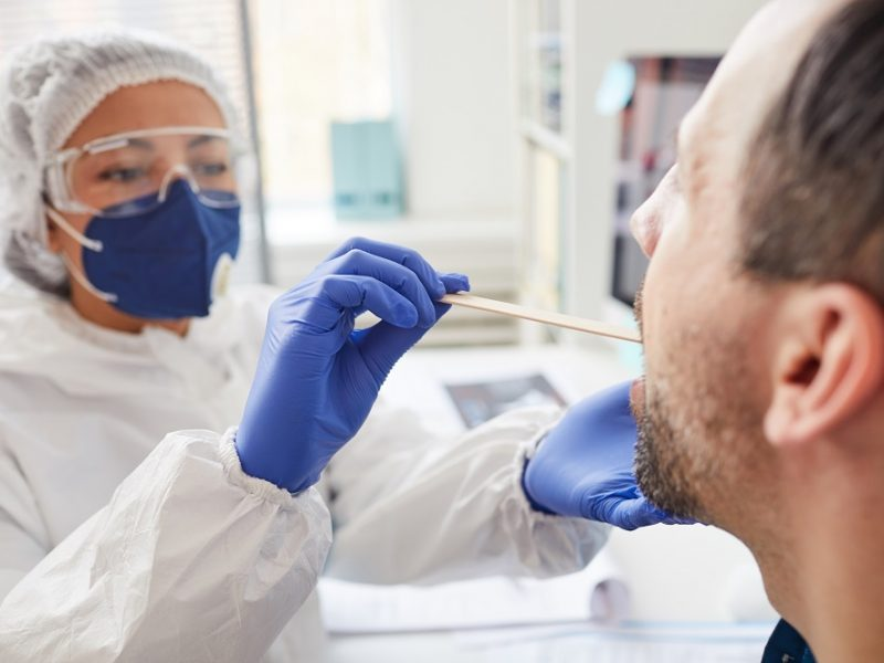 Santaros klinikose COVID-19 serga 79 medikai, paskiepyti pirmąja vakcinos doze
