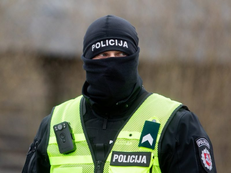 Į iškvietimą dėl triukšmo atvykusius pareigūnus pasitiko agresyvus vyras ir priešinosi sulaikomas