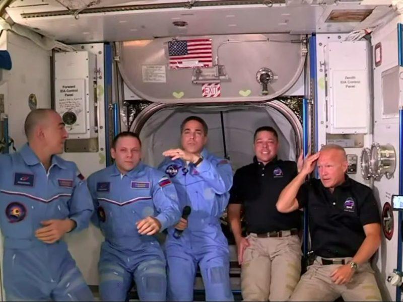 """Du TKS įgulos nariai JAV bendrovės """"SpaceX"""" erdvėlaiviu išskrido į Žemę"""