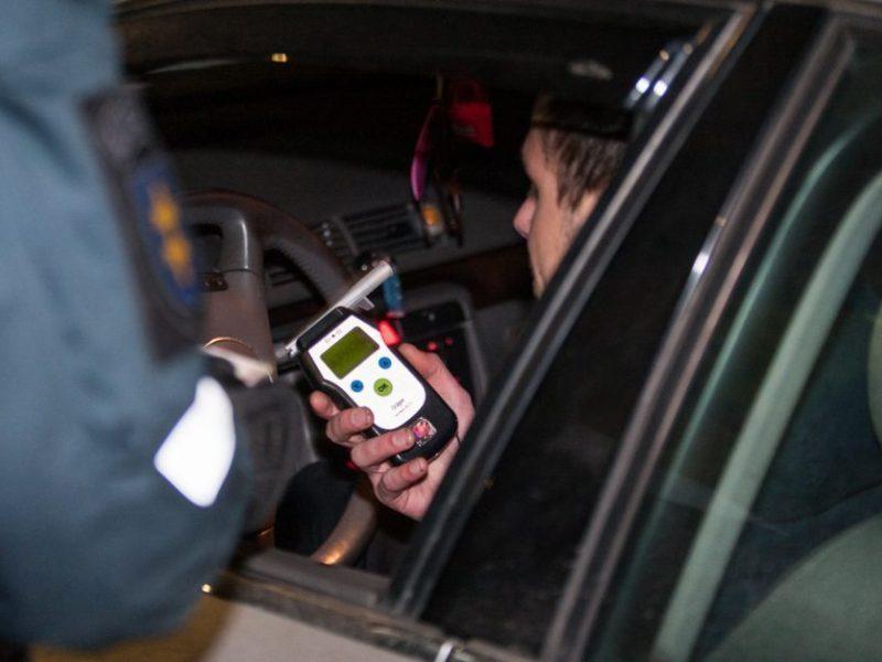 Į tvorą rėžęsis girtas ir beteisis vairuotojas užsidirbo baudžiamąją bylą