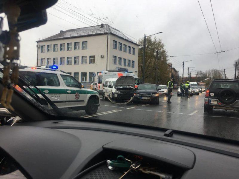Pirmojo sniego išbandymo neišlaikė: per avariją Petrašiūnuose nukentėjo du žmonės