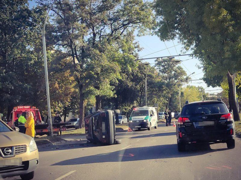 """Jaunos vairuotojos """"VW Golf"""" per avariją nuvirto ant šono"""