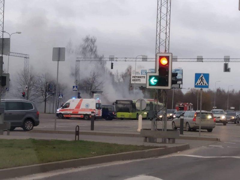 Vilniuje atvira liepsna degė viešojo transporto autobusas