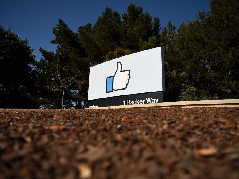 """""""Facebook"""" nurodė, kaip kovos su dezinformacija per 2020 m. JAV prezidento rinkimus"""
