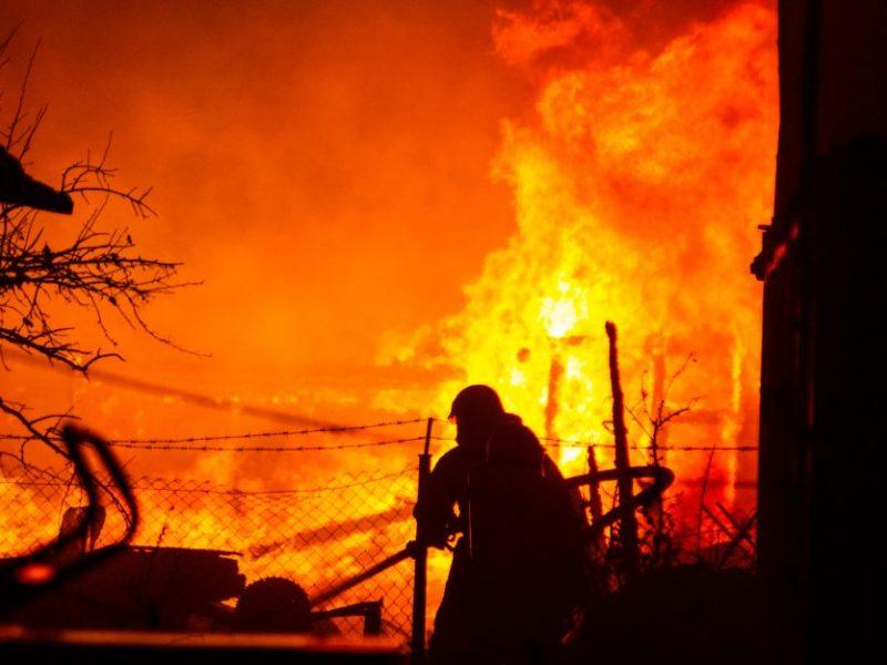 Vidurnaktį K. Baršausko gatvėje liepsnojo namas: apdegė du vyrai