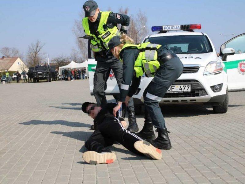 Sulaikomas girtas jonavietis apspardė pareigūnus