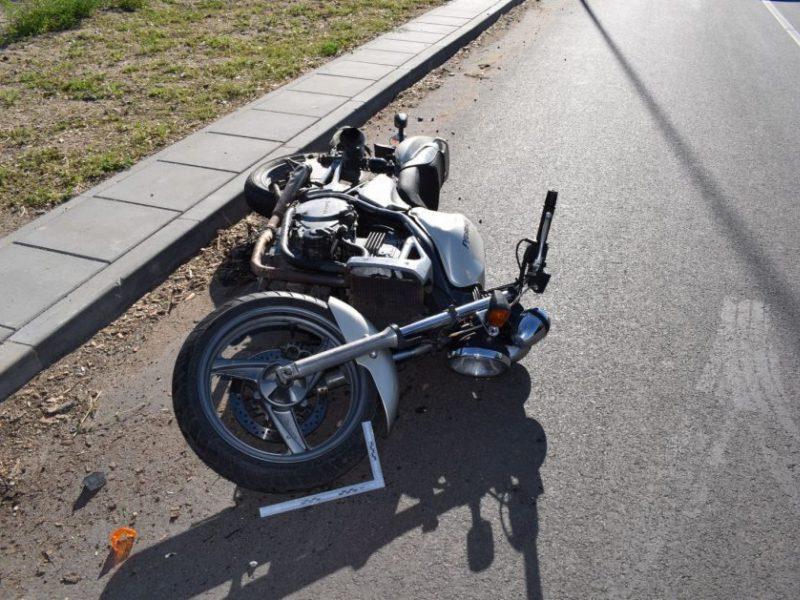 Neblaivus VST pareigūnas nesuvaldė motociklo, sužalota bendrakeleivė