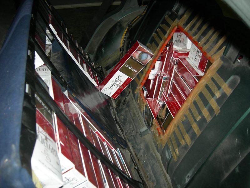 """Kontrabandines cigaretes muitininkai traukė iš """"Mercedes-Benz"""" slėptuvių"""