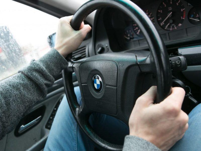 BMW kelyje lenkė traktorių ir sužalojo šalikelėje ėjusį žmogų