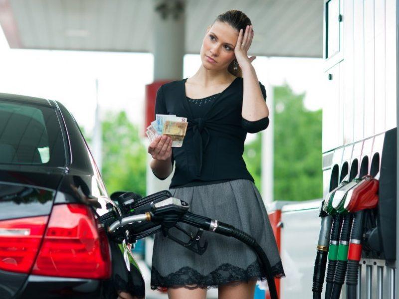 Kuriozas degalinėje: benziną pylėsi už mažesnę kainą, o susimokėjo daugiau