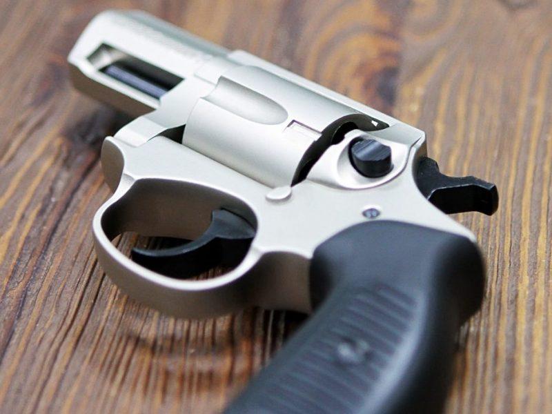 Mirusio plungiškio namuose – revolveris