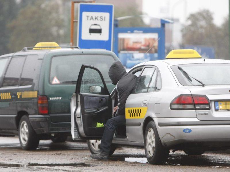 Klaipėdietė apskundė taksistą pagrobus jos telefoną