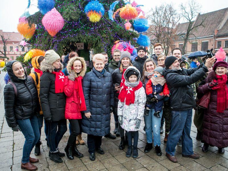 Kauniečiai ir miesto svečiai aplankė kosminę kalėdų eglę