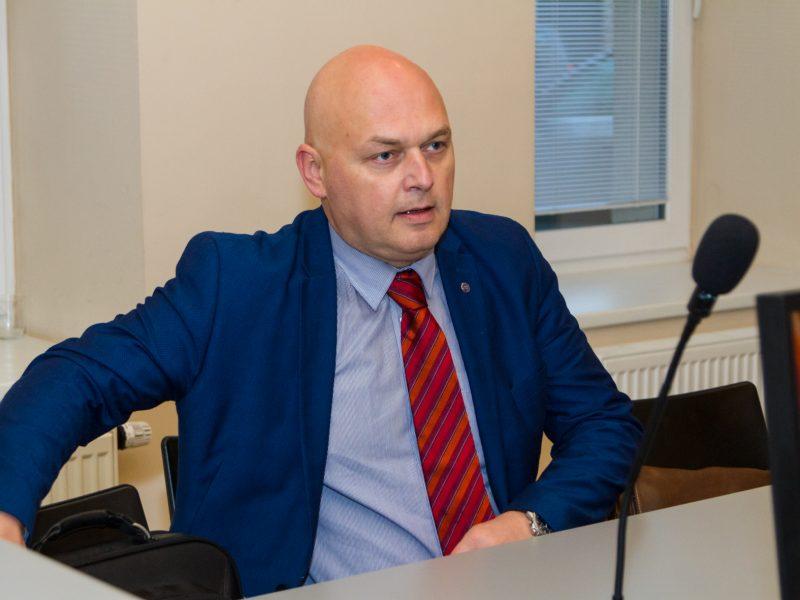 Teisiamųjų suole – Ostapas Benderis su advokato mantija?