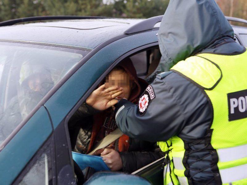 Visiškai girto ir beteisio vairuotojo kelionė Girionių kaime baigėsi smūgiu į stovintį automobilį
