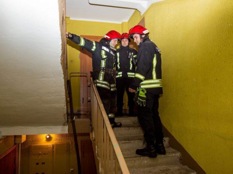 """Per žingsnį nuo tragedijos: savo bute užsnūdusį girtą """"virėją"""" išgelbėjo detektorius"""