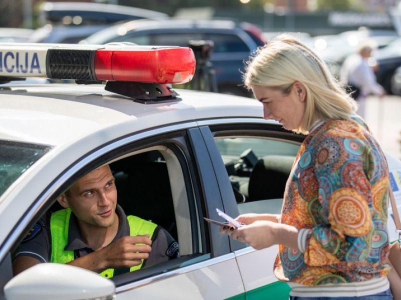 Klaipėdoje pareigūnai apdovanojo taisyklių nepažeidusius vairuotojus